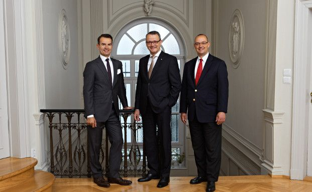 Rafael Scherer, Wolfgang Wrzesniok-Roßbach und Arnd Gollan, die Geschäftsführung der Unternehmensgruppe Degussa Goldhandel (von links)