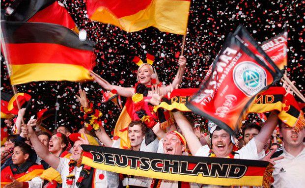 Überall in Deutschland treffen sich Fußball-Fans zum Public Viewing, um die Spiele gemeinsam anzuschauen und mit der deutschen Mannschaft mitzufiebern. (Foto: Getty Images)