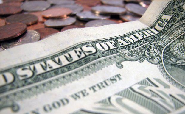 Dollarnoten und Münzen.