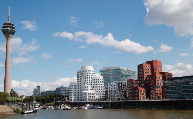 Moderne Architektur am Ufer des Medienhafens in Düsseldorf: Derzeit findet auf dem Immobilienmarkt ein reger Ausverkauf statt. Foto: Getty Images