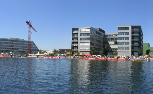 Blick auf die Neubaumeile am Duisburger Innenhafen, <br> wo in den vergangenen Jahren viele B&uuml;ros und Wohnungen <br> errichtet wurden. Wer am Innenhafen wohnen will, zahlt f&uuml;r <br> eine 117 Quadratmeter gro&szlig;e 3,5-Zimmer-Wohnung <br> rund 270.000 Euro. Quelle: Wikipedia