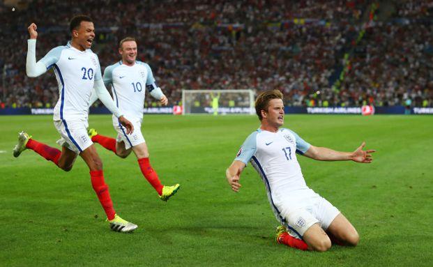 Eric Dier (r.) feiert das erste Tor für England bei der diesjährigen EM zusammen mit seinen Mitspielern Dele Alli (l.) und Wayne Rooney beim Spiel gegen Russland am Samstag in Marseille. Foto: Getty Images