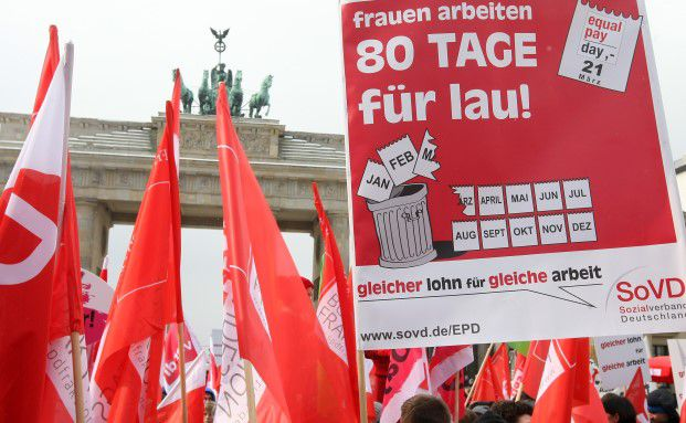 Demonstration am Equal Pay Day vor dem Brandenburger Tor in Berlin: Frauen müssen im Schnitt 80 Tage mehr arbeiten, um den Jahreslohn der Männer zu erreichen. Foto: Getty