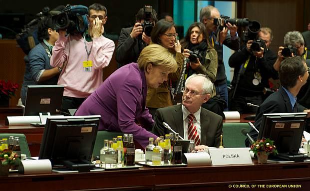 Bundeskanzlerin Angela Merkel spricht mit Herman van<br>Rompuy, Pr&auml;sident des Europ&auml;ischen Rates, beim<br>B&ouml;rsen-Unwort des Jahres am 9. Dezember 2011 in Br&uuml;ssel<br>(Foto: Europ&auml;ische Union)