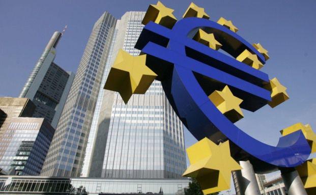 Euro-Symbol vor dem Eurotheum in Frankfurt:<br> Die Niedrigzinspolitik der Europ&auml;ischen Zentralbank dr&uuml;ckt die <br> Renditen klassischer Policen Foto: Getty Images