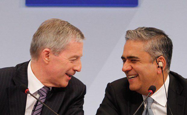 Jürgen Fitschen (links) und Anshu Jain, Co-Vorstandschefs der Deutschen Bank, auf einer Pressekonferenz: Das Geldhaus ist die bisher einzige deutsche Bank, die eine Coco-Anleihe auflegte (Foto: Bloomberg)