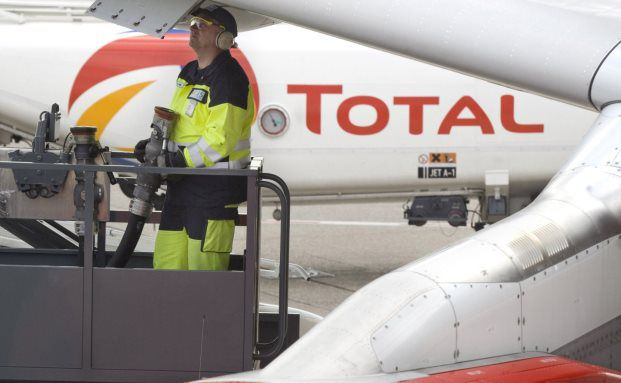 Flugzeugbetankung mit Kraftstoff von Total: Der französische Öl- und Gaskonzern hat das größte Gewicht im Index Euro Stoxx 50, der die Aktien der 50 größten Unternehmen der Eurozone enthält. (Foto: Total)