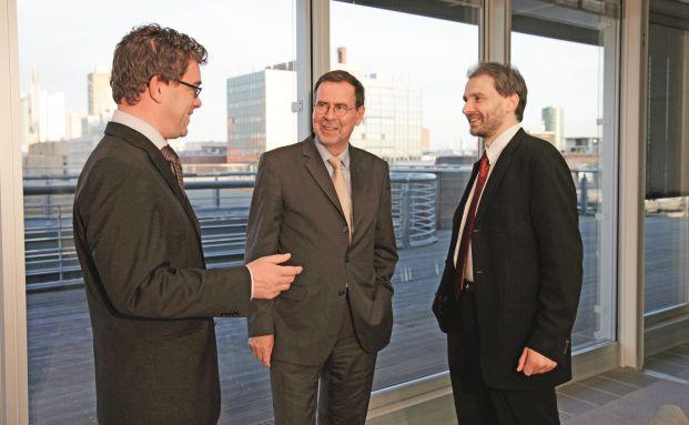 Expertentreffen in Frankfurt: Fondsmanager Klaus Kaldemorgen mit den Redakteuren Malte Dreher (links) und Egon Wachtendorf (rechts) im November 2009 in der DWS-Zentrale. Foto: Manfred Kötter