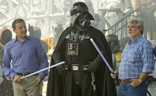 Auf zu neuen Höheflügen: Disney-Chef Robert Iger, Film-Bösewicht Darth Vader, Star-Wars-Erfinder George Lucas (von links) (Foto: Getty Images)