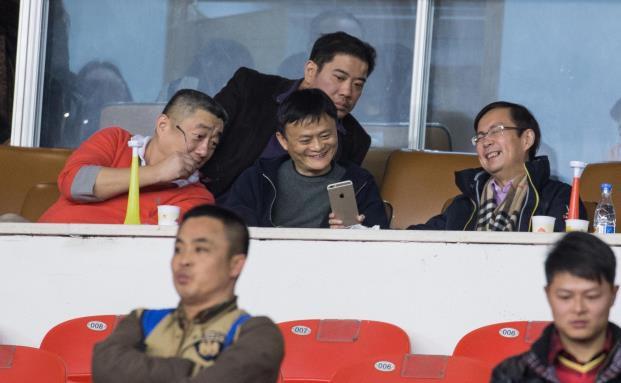 Spaß im Fußballstadion: Alibaba-Gründer Jack Ma (obere Reihe, Mitte) am 14. Februar beim chinesischen Superpokal-Spiel Guangzhou Evergrande Taobao gegen Shandong Luneng in Hangzhou. (Foto: ChinaFotoPress/Getty Images)