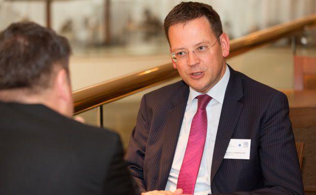 Klaus Kumpfmüller (rechts), Vorstand der österreichischen Finanzmarktbehörde FMA, und Oliver Lepold (links), Journalist, beim Finanzplaner Forum Österreich 2015. Foto: Fotostudio Huger, Wien / Finanzplaner Forum Österreich 2015.