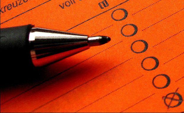 Beim Beantragen einer Berufsunf&auml;higkeitsversicherung (BU-Versicherung) m&uuml;ssen Kunden umfangreiche Frageb&ouml;gen zu ihrem Gesundheitszustand in den vergangenen Jahren ausf&uuml;llen. Foto: berwis / <a href='http://pixelio.de' target='_blank'>pixelio.de</a>