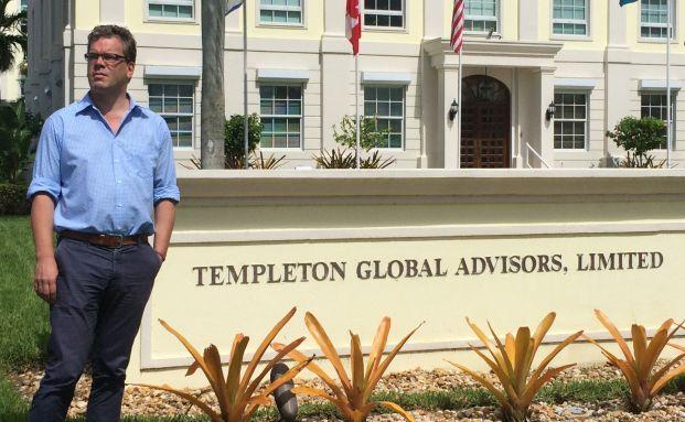 Besuch auf den Bahamas: Chefredakteur von DAS INVESTMENT Malte Dreher vor der Templeton-Zentrale