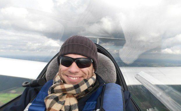 Frerk Frommholz im Cockpit eines Segelflugzeugs: Das Fliegen hat viel mit der Vermögensverwaltung gemeinsam, meint der Finanzberater und Fluglehrer