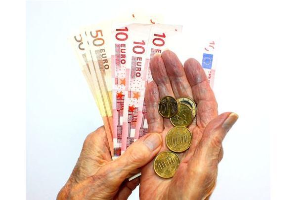 Beim Sparen, zum Beispiel für die Altersvorsorge, können deutsche Haushalte im Niedrigzinsumfeld deutlich weniger Vermögen aufbauen, ergab eine Studie im Auftrag von Union Investment. Foto: Pixelio
