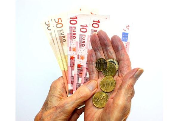 Seniorin hält Scheine und Münzen in den Händen: Von Altersarmut sind Frauen besonders häufig betroffen. Foto: Getty Images