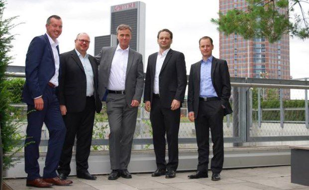 Besiegeln die künftige Kooperation in Frankfurt (v.l.n.r.): Thomas Gotta, vv.de; Roland Meier, Prive; Kay Behrmann, vv.de; Julian Schillinger, CTO Privé; Benjamin Cmiel, Projektmanagement Privé