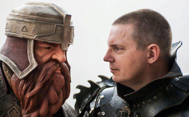"""Bernd Greisinger (rechts) im Angesicht von Gimli, dem Kampfzwerg aus """"Herr der Ringe"""". Foto: Alessi@Vissani"""