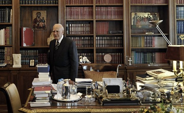 Nicht zu beneiden: Griechenlands Pr&auml;sident Karolos Papoulias<br>wartet auf sein Treffen mit George Provopoulos, dem Chef<br>der Bank von Griechenland (Foto: Getty Images)