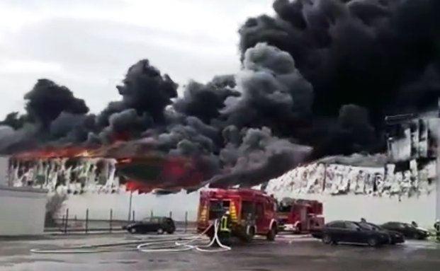 Ein Großbrand auf dem Betriebsgelände des Geflügelherstellers Wiesenhof in Lohne. Wie sich Unternehmen gegen Brände versichern, lesen Sie unten. Foto: Screenshot Youtube