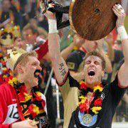 Torwart Johannes Bitter und Abwehr-<br>chef Oliver Roggisch beim Feiern <br>des Weltmeistertitels 2007.<br> Foto: DHB