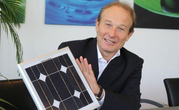 Peter Heidecker mit Solarmodul