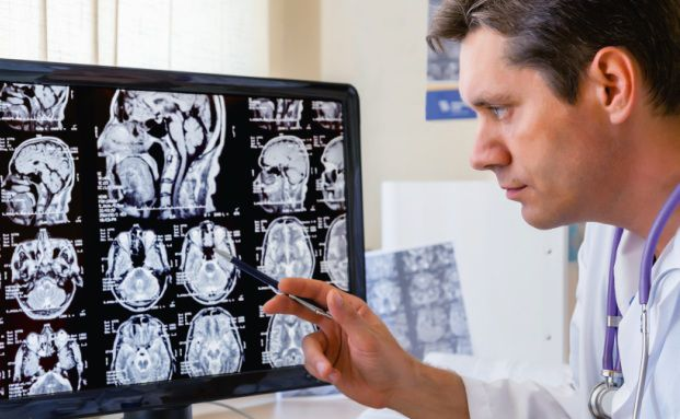 Ein Arzt bei der Arbeit: Mediziner sind eine lukrative, aber schwierige Zielgruppe für Berater (Foto: Beerkoff/Fotolia)