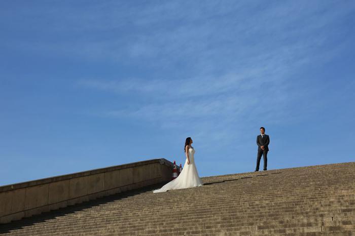 Ein Hochzeitspärchen beim Fotoshooting: Neu geheiratet, aber vergessen, das Bezugsrecht in der Lebensversicherung an den neuen Partner anzupassen? Dann geht das Geld im Todesfall an die Ex. Foto: Getty Images