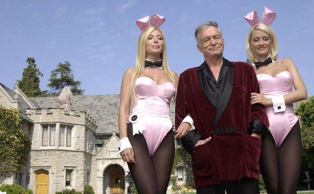 Playboy-Schöpfer Hugh Hefner und zwei Models vor der Playboy-Mansion in Los Angeles. Foto: Getty Images