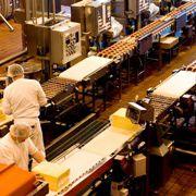 Industriearbeiter beim werkeln.<br>In kleinen und mittelgro&szlig;en<br> Firmen ist das bAV-Potenzial<br>hoch. Foto: Fotolia