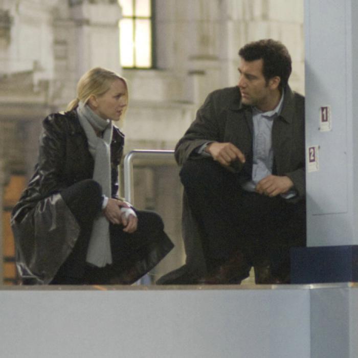 Naomi Watts und Clive Owen<br>suchen Spuren<br>Quelle: Sony Pictures