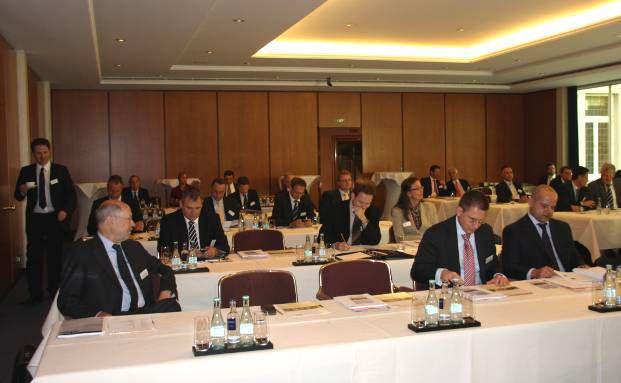 Gespannte Zuhörer auf dem Wiesbadener Investorentag<br>(Foto: Telos)