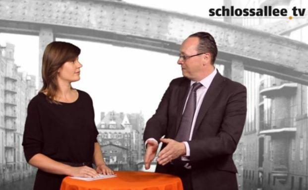 Joachim Nareike (re.), Schroder Investment Management, im Gespräch mit Redakteurin Astrid Lipsky
