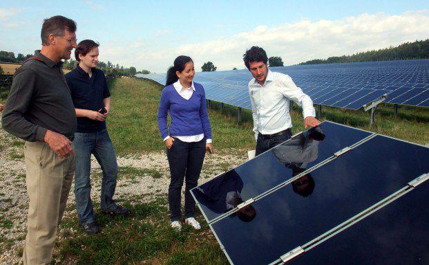 BVK-Vorstand Daniel Just (links) überprüft mit dem<br/>BVK-Alternatives-Team eine Solaranlage.