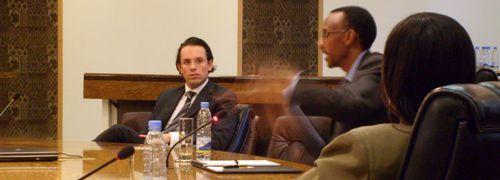 Der deutsche Investor Christian Angermayer (links)<br>und Ruandas Pr&auml;sident Paul Kagame (fuchtelnd)<br>Foto: Andreas Scholz
