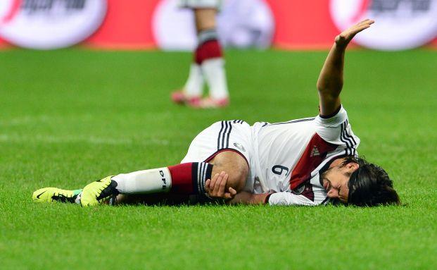 Mittelfeldspieler Sami Khedira hat sich beim Freundschaftsspiel zwischen Italien und Deutschland ziemlich schwer verletzt: Innen- und Kreuzbandriss lautet die Diagnose, ein halbes Jahr wird der Fußballer wohl ausfallen. Foto: Giuseppe Cacace - AFP / Getty Images