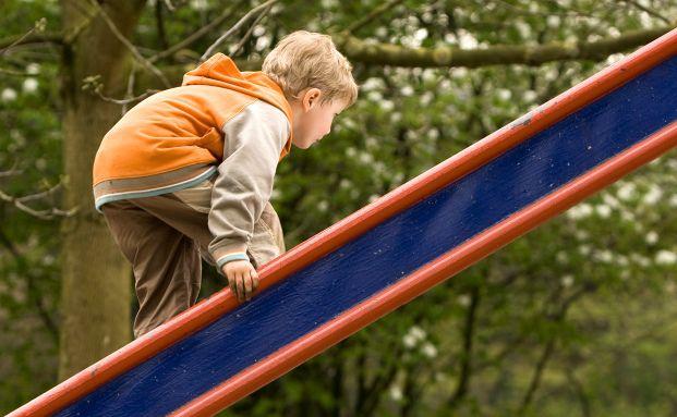 Klettern und herumtoben geh&ouml;rt zum Alltagsprogramm von <br> Kindern. Das birgt auch Gefahren. Mit einer Unfall- oder <br> Invalidit&auml;tsversicherung f&uuml;r Kinder gehen Eltern finanziell auf <br> Nummer sicher. <br> Foto: Rolf van Melis, Pixelio