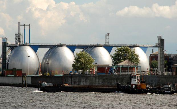 Faultürme im Hamburger Hafen. Das Klärwerk reinigt das<br>Wasser der Elbe. Abwasserreinigung steht bei Großanlegern<br>hoch im Kurs (Foto: Bernd Sterzl / Pixelio)