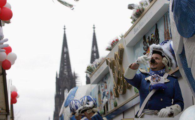 Paris ade, Kölle alaaf: Rosenmontags-Parade <br> vor dem Kölner Dom; Quelle: Getty Images