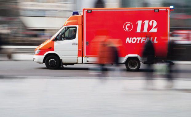 Rettungswagen im Einsatz: Die meisten Unfälle geschehen im Haushalt (Foto: CHRISTIAN MÜLLER / FOTOLIA)