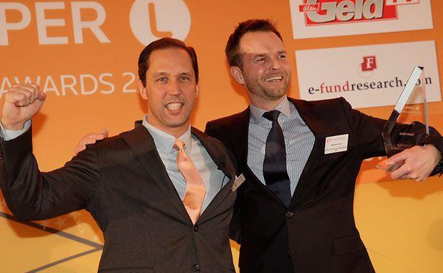 Michael Sero (re.), Jyske Invest, erhält den KAG-Preis in der Kategorie Mixed Assets Small.