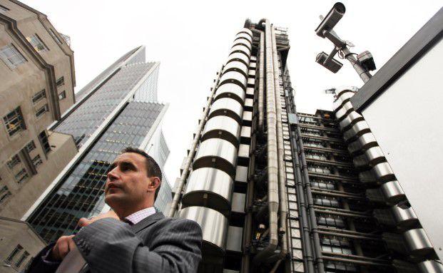 Geschäftsmann vor dem Gebäude der Versicherungsbörse Lloyds of London in der Lime Street, London: Die Briten gelten als Vorreiter in Sachen Provisionen abschaffen. Foto: Dan Kitwood / Getty Images