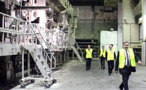 Investoren besichtigen zusammen mit Loys-Vorstand und -Fondsmanager Christoph Bruns (rechts) die Kartonmaschine im Werk von Mayr-Melnhof in Frohnleiten bei Graz, Österreich (Foto: DAS INVESTMENT.com)