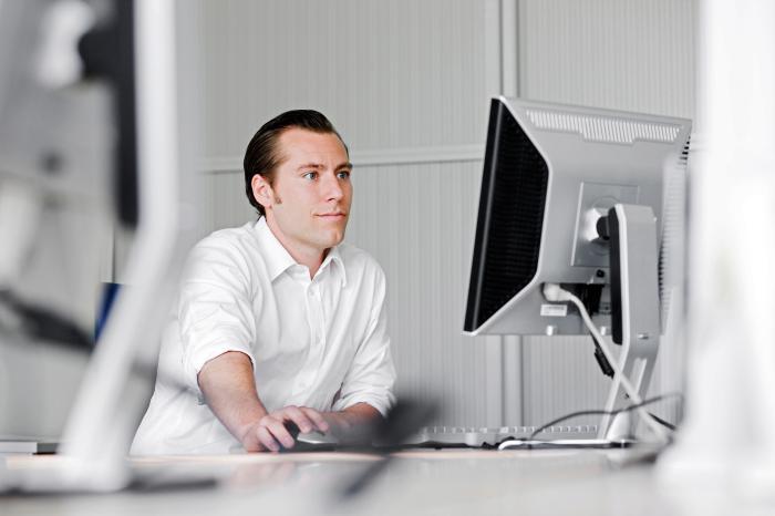 Mann am PC. Rein online ein Konto zu eröffnen, ist praktisch unmöglich, stellt eine Studie fest. Foto: Axa
