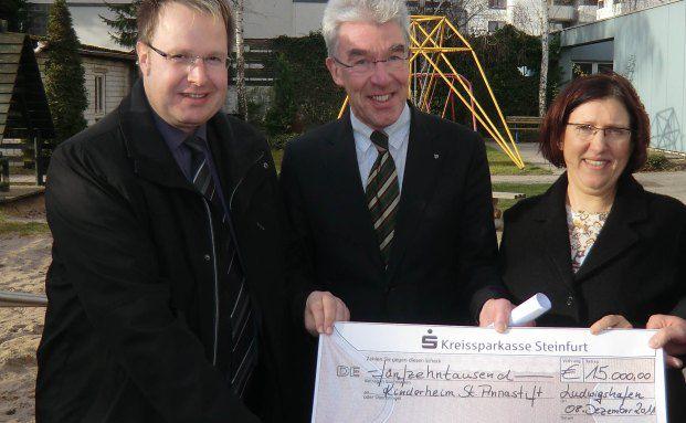 Markus Trescher (m.), Geschäftsführer der St. Dominikus Stiftung Speyer, nimmt eine Spende in Höhe von 15.000 Euro für das Kinderheim St. Annastift entgegen
