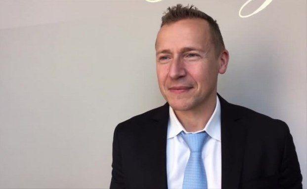 Martin Hellmich hat die Karl Friedrich Hagenmüller Professur an der Frankfurt School of Finance and Management inne. Video-Screenshot. Das Video zum Anklicken steht unten
