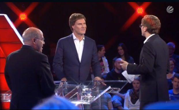 Screenshot der Sat.1-Sendung: Carsten Maschmeyer (Mitte) diskutiert mit Gregor Gysi (links) und Moderator Claus Strunz.