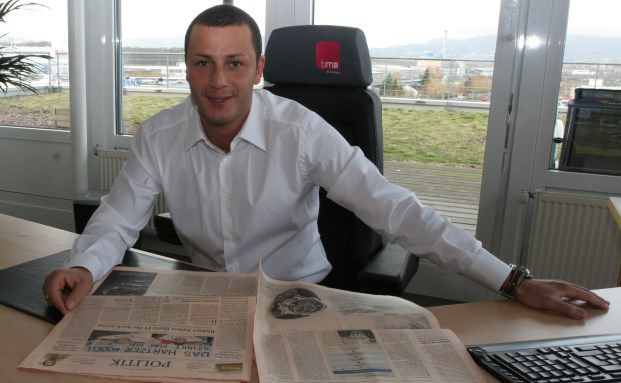 Mehmet Göker 2006 an seinem Schreibtisch in der MEG-Zentrale in Kassel. Bild: Ulf Schaumlöffel