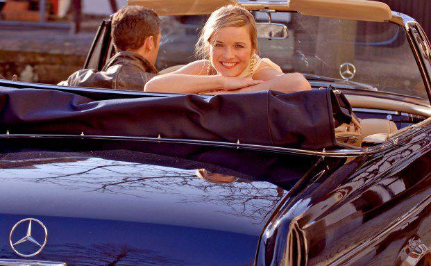 Paar im Mercedes: Auf nach Augsburg! Quelle: Pixelio