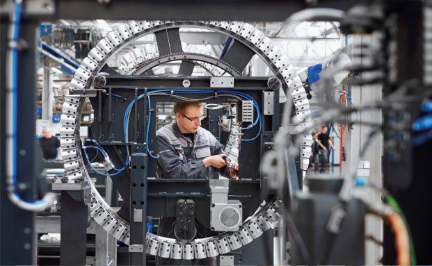 Ein Mechaniker von Deckel Maho montiert eine Fräsmaschine: Die Tochterfirma gehört zum Gildemeister-Konzern, der mittlerweile mit der japanischen Firma Mori Seiki kooperiert. Gut für die Aktionäre. (Foto: DMG Mori Seiki Aktiengesellschaft)
